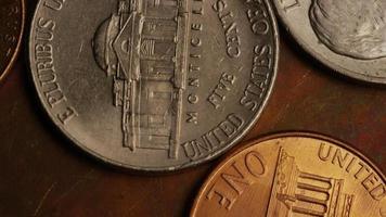 Imágenes de archivo giratorias tomadas de monedas monetarias estadounidenses - dinero 0341 video