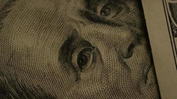 roterend voorraadbeeldschot van Amerikaanse document munt op een Amerikaanse achtergrond van het adelaarsschild - geld 0423