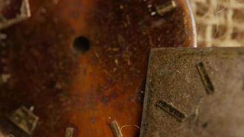 Imágenes de archivo giratorias tomadas de caras de relojes antiguas y desgastadas - caras de relojes 022 video