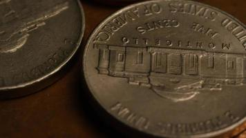 Imágenes de archivo giratorias tomadas de monedas monetarias estadounidenses - dinero 0335 video