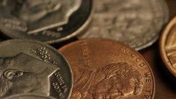 Imágenes de archivo giratorias tomadas de monedas monetarias estadounidenses - dinero 0329 video