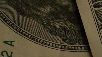 rotação de imagens de estoque de papel-moeda americano em um fundo de escudo de águia americana - dinheiro 0421