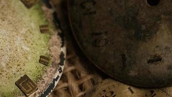 Imágenes de archivo giratorias tomadas de caras de relojes antiguas y desgastadas - caras de relojes 021 video