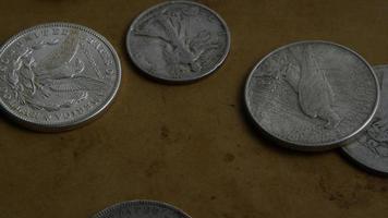 Imágenes de archivo giratorias tomadas de monedas americanas antiguas - dinero 0069 video