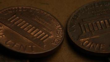 rotierende Stock Footage Aufnahme von amerikanischen Pennys (Münze - $ 0,01) - Geld 0174