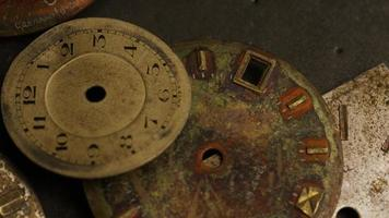 Imágenes de archivo giratorias tomadas de caras de relojes antiguas y desgastadas - caras de relojes 004 video