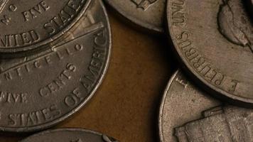 rotierende Stock Footage Aufnahme von amerikanischen Nickeln (Münze - $ 0,05) - Geld 0196