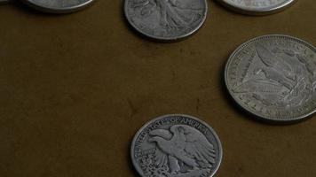 Imágenes de archivo giratorias tomadas de monedas americanas antiguas - dinero 0066 video