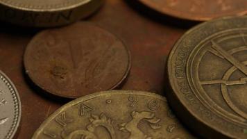 giro stock footage shot de moedas monetárias internacionais - dinheiro 0363