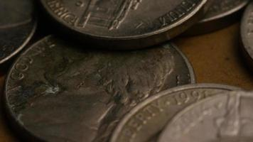 rotierende Stock Footage Aufnahme von amerikanischen Nickeln (Münze - $ 0,05) - Geld 0189