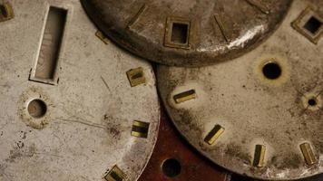 rotierende Stock Footage Aufnahme von antiken und verwitterten Zifferblättern - Zifferblätter 007
