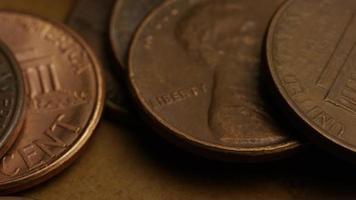 rotierende Stock Footage Aufnahme von amerikanischen Pennys (Münze - $ 0,01) - Geld 0183