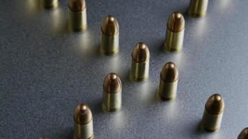 Disparo giratorio cinematográfico de balas sobre una superficie metálica - balas 041