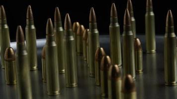 Disparo giratorio cinematográfico de balas sobre una superficie metálica - balas 071
