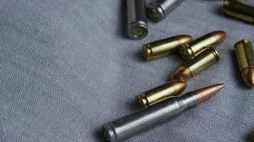 Disparo giratorio cinematográfico de balas sobre una superficie de tela - balas 090