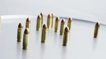 filmisch rotierende Aufnahme von Kugeln auf einer metallischen Oberfläche - Kugeln 058