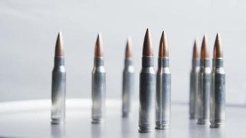 Disparo giratorio cinematográfico de balas sobre una superficie metálica - balas 023