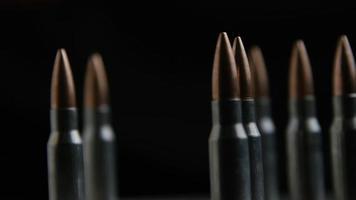 filmisch rotierende Aufnahme von Kugeln auf einer metallischen Oberfläche - Kugeln 017