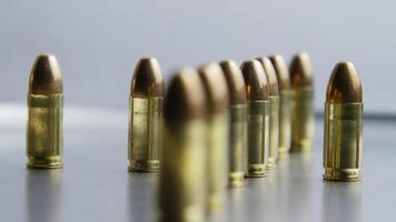 Disparo giratorio cinematográfico de balas sobre una superficie metálica - balas 030