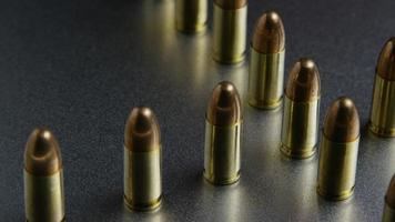 Tiro cinematográfico giratorio de balas sobre una superficie metálica - balas 039