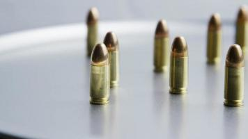 Tiro cinematográfico giratorio de balas sobre una superficie metálica - balas 054