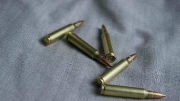 Disparo giratorio cinematográfico de balas sobre una superficie de tela - balas 104