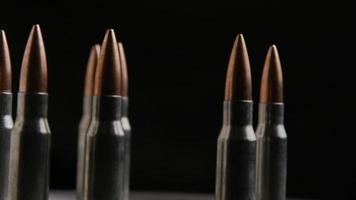 Disparo giratorio cinematográfico de balas sobre una superficie metálica - balas 013