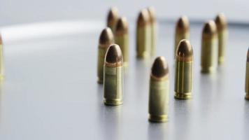 filmisch rotierende Aufnahme von Kugeln auf einer metallischen Oberfläche - Kugeln 056
