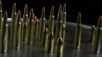 filmisch rotierende Aufnahme von Kugeln auf einer metallischen Oberfläche - Kugeln 072