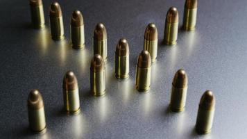 Disparo giratorio cinematográfico de balas sobre una superficie metálica - balas 035