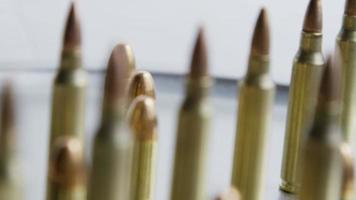 Tiro cinematográfico giratorio de balas sobre una superficie metálica - balas 079
