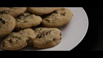 colpo cinematografico e rotante di biscotti su un piatto - cookies 011