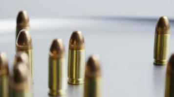 Tiro cinematográfico giratorio de balas sobre una superficie metálica - balas 057
