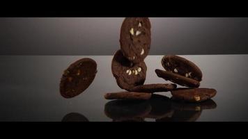 Caída de galletas desde arriba sobre una superficie reflectante - Cookies 198