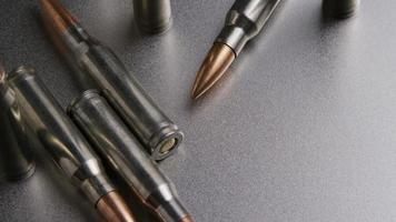 Disparo cinematográfico giratorio de balas sobre una superficie metálica - balas 006