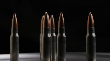 filmisch rotierende Aufnahme von Kugeln auf einer metallischen Oberfläche - Kugeln 010