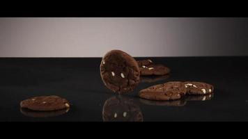 Caída de galletas desde arriba sobre una superficie reflectante - Cookies 206