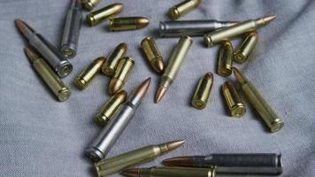Disparo giratorio cinematográfico de balas sobre una superficie de tela - balas 094