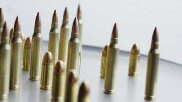 Disparo giratorio cinematográfico de balas sobre una superficie metálica - balas 078
