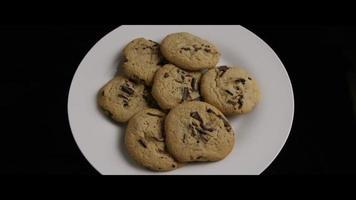 colpo cinematografico e rotante di biscotti su un piatto - cookies 013