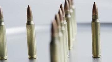 Disparo giratorio cinematográfico de balas sobre una superficie metálica - balas 061