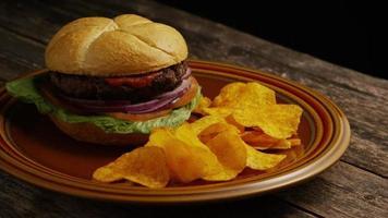 rotierender Schuss von leckeren Burger- und Kartoffelchips - Grill 163