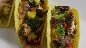 Foto giratoria de deliciosos tacos de pescado - comida 006