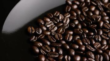 dose rotativa de deliciosos grãos de café torrados em uma superfície branca - grãos de café 013