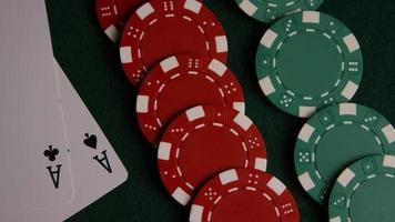 tiro giratório de cartas de pôquer e fichas de pôquer em uma superfície de feltro verde - pôquer 046 video