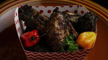 colpo rotante di deliziose ali di pollo - cibo 016