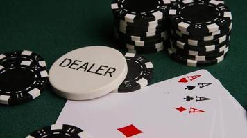 Tiro giratorio de cartas de póquer y fichas de póquer sobre una superficie de fieltro verde - póquer 006
