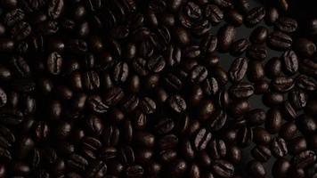 dose rotativa de deliciosos grãos de café torrados em uma superfície branca - grãos de café 003