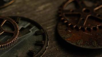 Imágenes de archivo giratorias tomadas de caras de relojes antiguas y desgastadas: caras de relojes 094 video