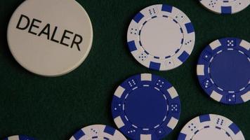 Disparo giratorio de cartas de póquer y fichas de póquer sobre una superficie de fieltro verde - póquer 038